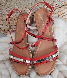 Czerwone sandały od Pantofe...