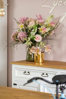 Drewniana komoda z szufladami woskowana do sypialni, w stylu rustykalnym, taboret tapicerowany rustykalny, lampa sznurowa wisząca. #flowers #komoda #taboret #lampa #Rękodzieło #...