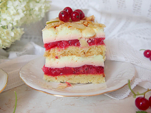pyszne ciasto z czerwonymi ...