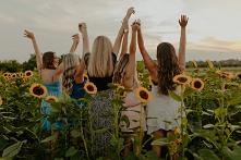 Ubrania często odzwierciedlają nasz nastrój i stan ducha. Wiele z nas niecierpliwie czeka na lato, by wskoczyć w optymistyczne, letnie outfity. Te – pełne wzorów i żywych koloró...