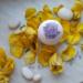 Ręcznie robiona z naturalnych składników kula kąpielowa o zapachu geranium z dodatkiem kryształków soli lawenda rozmaryn. Kule kąpielowe to idealny sposób nie tylko na relaks, ale także na dostarczenie skórze cennych składników odżywczych. Stworzone z pasją z tego co najlepsze z natury zapewnią nawilżenie, odprężenie i miło spędzony czas. Cena: 13,99 zł.  Możliwość wysyłki paczkomat/kurier lub odbiór osobisty na terenie Krakowa. Po więcej informacji zapraszam na Instagram bath_sie_dobrze