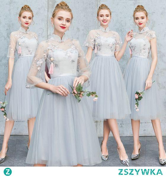 Chiński Styl Szary Haftowane Sukienki Dla Druhen 2021 Princessa Wysokiej Szyi Kótkie Rękawy Bez Pleców Długość Herbaty Na Wesele Sukienki Na Wesele