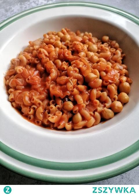 Pomidorowy makaron z ciecierzyca i serem :)