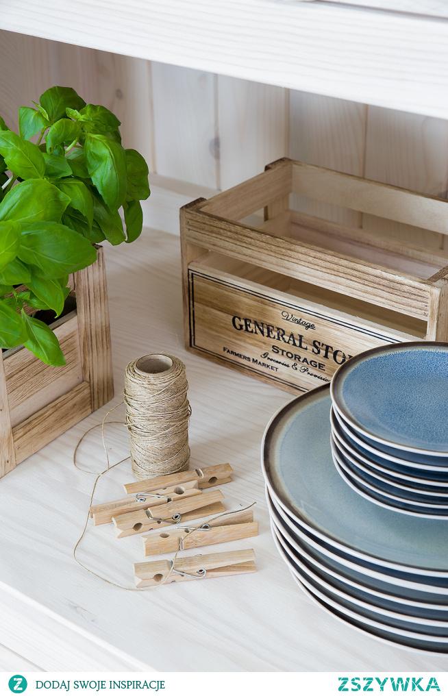 Drewniane białe meble kuchenne, kredens drewniany, stół sosnowy z krzesłami do jadalni, ławka drewniana. #Wnętrze #kuchnia #meble #Dom #Stylizacja #Wystrójwnętrz #Dodatki #Beautiful  #stół #kredens #Design