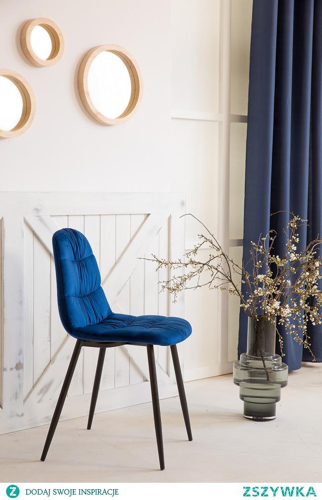 Witryna drewniana bielona do salonu, fotel tapicerowany #Dodatki  #Stylizacja #Wystrójwnętrz #Wnętrze #Salon #witryna #fotel #Beautiful #livingroom #Dekoracje #Pomysły
