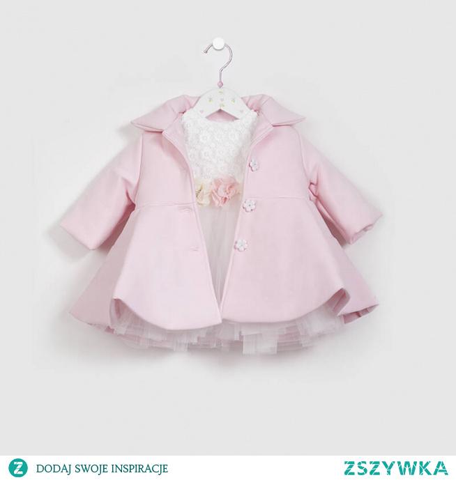Jak ubrać swoją córkę na chrzest czy inną, ważną okazję? Postaw na produkty ze sklepu online Stylowy Chrzest takie jak różowy płaszczyk do chrztu.