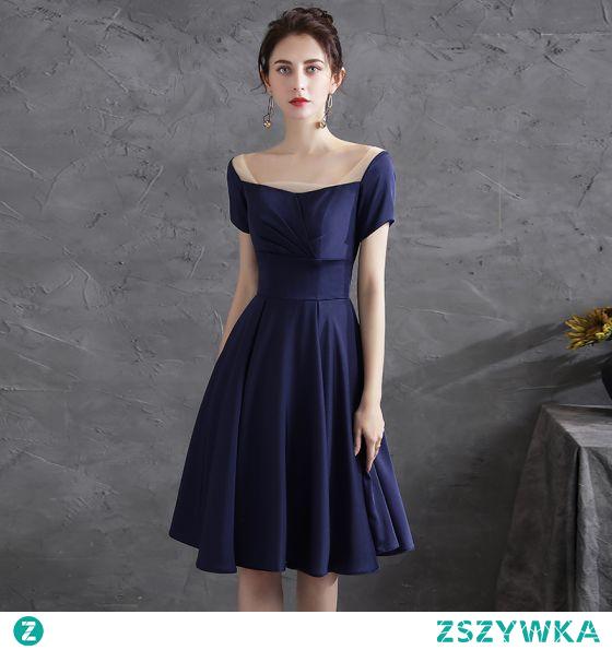 Proste / Simple Granatowe Homecoming Satyna Sukienki Na Studniówke 2021 Princessa Kwadratowy Dekolt Kótkie Rękawy Bez Pleców Długość do kolan Sukienki Wizytowe