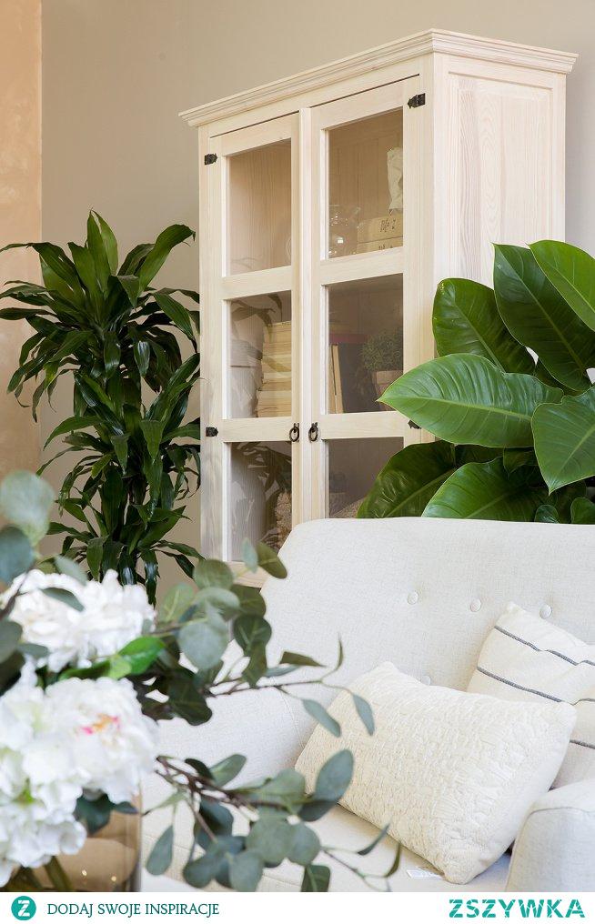 Witryna drewniana do salonu, drewniany stolik kawowy, fotel tapicerowany, mała sofa tapicerowana.#Dodatki #witryna #salon #livingroom #Stylizacja  #Wystrójwnętrz #Dom #Meble #Wystrój #Design #wiosna