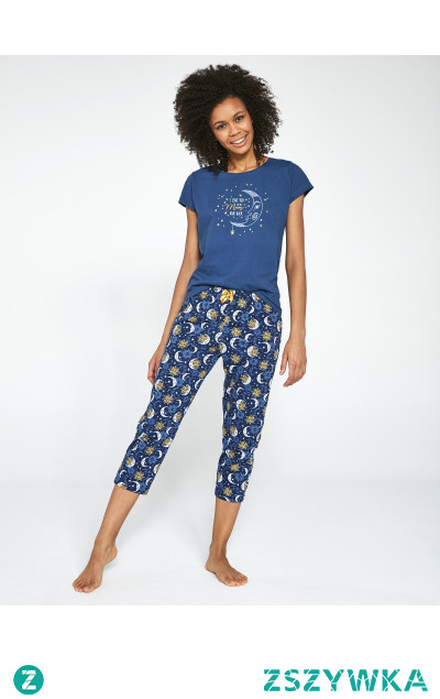 Urocza piżama damska z krótkim rękawem i spodniami 7/8. Wyjątkowy nadruk na bluzce podkreśla jej wyjątkowość. Sprawdzony krój i miły materiał zapewnia pełen komfort podczas snu.