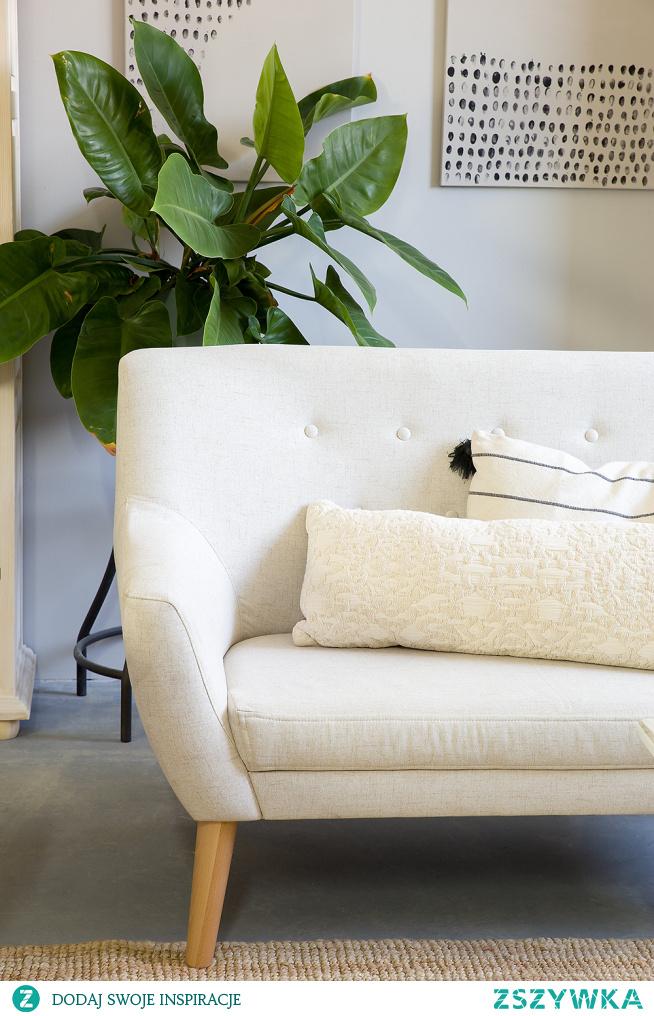 Pikowany fotel do salonu, pikowana sofa do salonu. Meble tapicerowane, drewniana witryna, drewniany stolik kawowy #Dom #Design #Stylizacja #Salon #Wystrójwnętrz #Wnętrze #sofa #fotel #Meble #Dekoracje #witryna