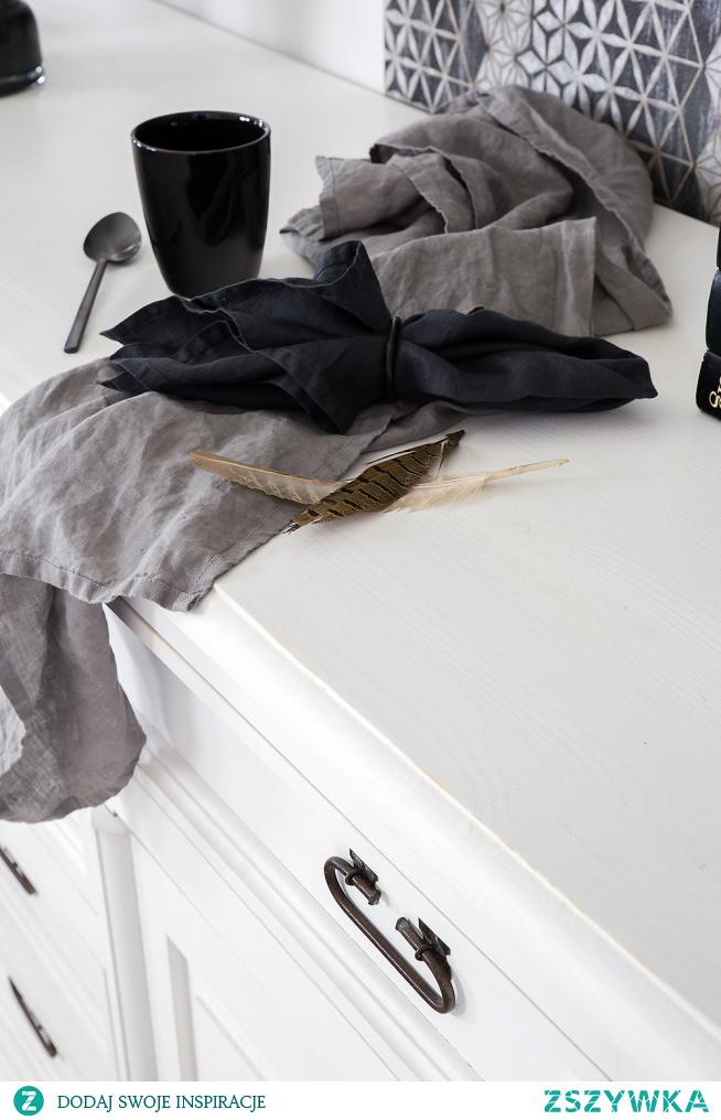 Biała komoda z litego drewna z lustrem. Drewniana biała szafa. Białe meble do sypialni. #Beautiful #Meble #Sypialnia #Wnętrze #Wystrójwnętrz #Stylizacja #komoda #szafa #białemeble #Salon #Dom
