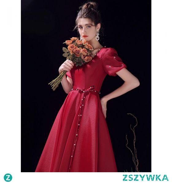Piękne Burgund Homecoming Satyna Sukienki Na Studniówke 2021 Princessa Kwadratowy Dekolt Perła Szarfa Kótkie Rękawy Bez Pleców Asymetryczny Sukienki Wizytowe