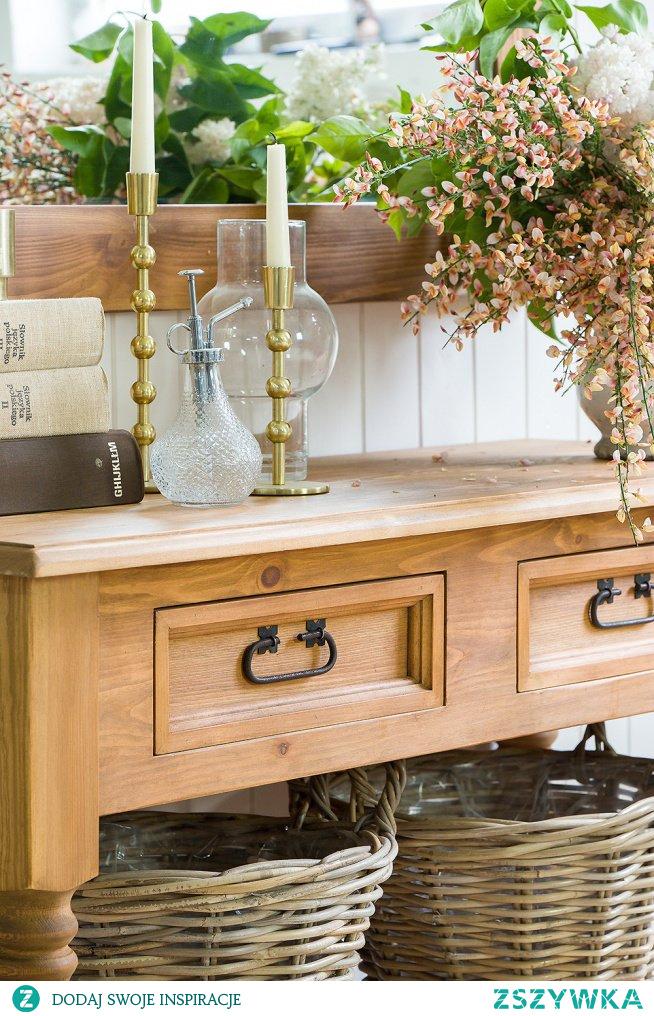 Konsola drewniana woskowana z półką i szufladkami, lustro w drewnianej ramie, fotel tapicerowany #Dodatki  #lustro #konsola #fotel #Wystrójwnętrz #Stylizacja   #kwiaty #Salon #Design #Beautiful #uszak