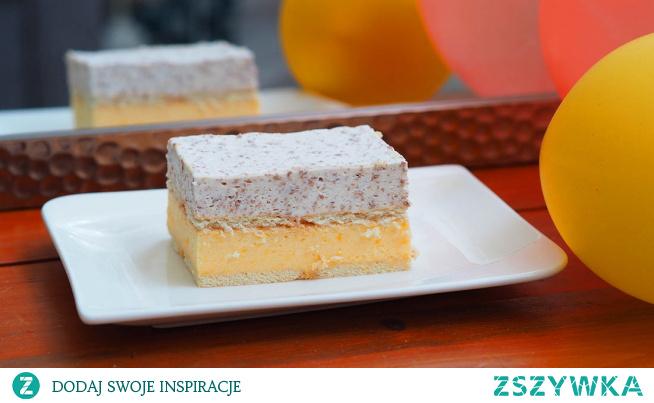 Ciasto mandarynka w czekoladzie. Mandarynka rzadko gości w przepisach na ciasto. Dlatego spróbowaliśmy zrobić ciasto z tym małym, słodkim i soczystym owocem. Owocem pod postacią musu połączonego z bitą śmietaną, w jednej warstwie zestawionej z drugą warstwą. Warstwą śmietanowo – czekoladową. Koniecznie trzeba spróbować tego uroczego połączenia.