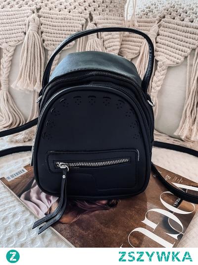 Zgrabny plecaczek zapinany na suwak, który w szybki sposób możesz zamienić na torebkę. Uniwersalny czarny kolor sprawi, że będzie pasować do każdej stylizacji.