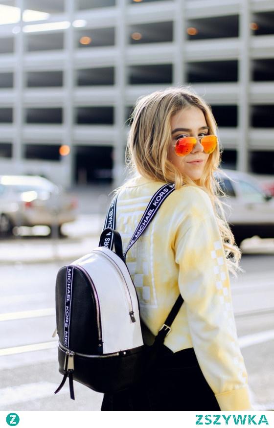 Plecak zamiast torebki w stylizacjach – jak nosić? Kliknij w foto!