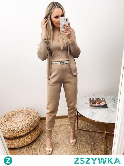 3- częściowy beżowy komplet dzianinowy, który tworzy total look, składa się z topu, bluzy i spodni. Sweterkowy komplet idealnie sprawdzi się na jesienne dni, gdy potrzebujemy złożonej i wygodnej garderoby.