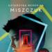 """W książce """"Druga szansa"""", Katarzyna Berenika Miszczuk zabiera nas w mroczną, pogmatwaną, pełną zagadek i momentami przerażającą podróż. Thriller psychologiczny to mało powiedziane – myślę, że jest to książka zawierające wręcz elementy horroru. Genialnie skonstruowana, grająca na emocjach, pobudzająca wyobraźnię i zmuszająca do myślenia. Bohaterką książki jest młoda dziewczyna, która budzi się w ośrodku przypominającym szpital i odkrywa, że nie wie gdzie się znajduje, nic nie pamięta, a nawet nie rozpoznaje w lustrze własnej twarzy i nie wie jak się nazywa. Z pomocą przychodzi jej terapeutka, Zofia Morulska. Jednak, czy wszystko co mówi lekarka jest prawdą? Czym są jej przywidzenia i halucynacje?"""