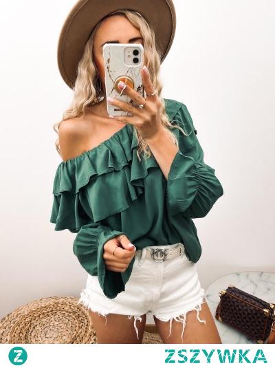 Bluzka z podwójną falbanką przy dekolcie i długimi rękawami, które są rozszerzane dołem. W pięknym i głębokim kolorze zieleni.