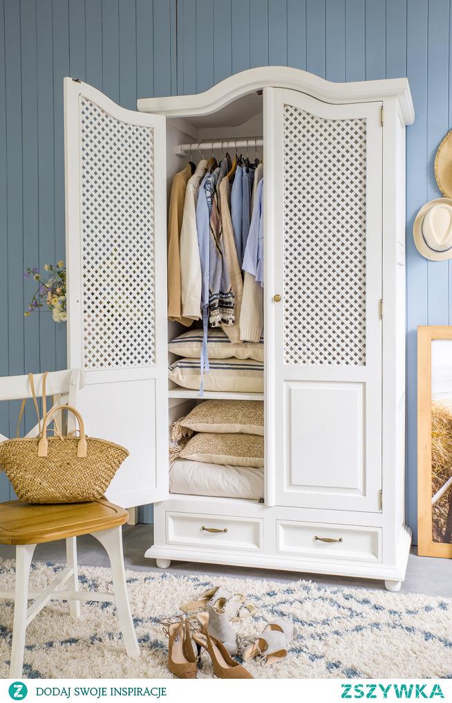 Biała szafa drewniana z ażurem do sypialni. Krzesło drewniane do jadalni. #szafa #sypialnia #krzesło #meble #stylizacja #wnętrze #dodatki #wystrójwnętrz #dekoracje #dom #kwiaty