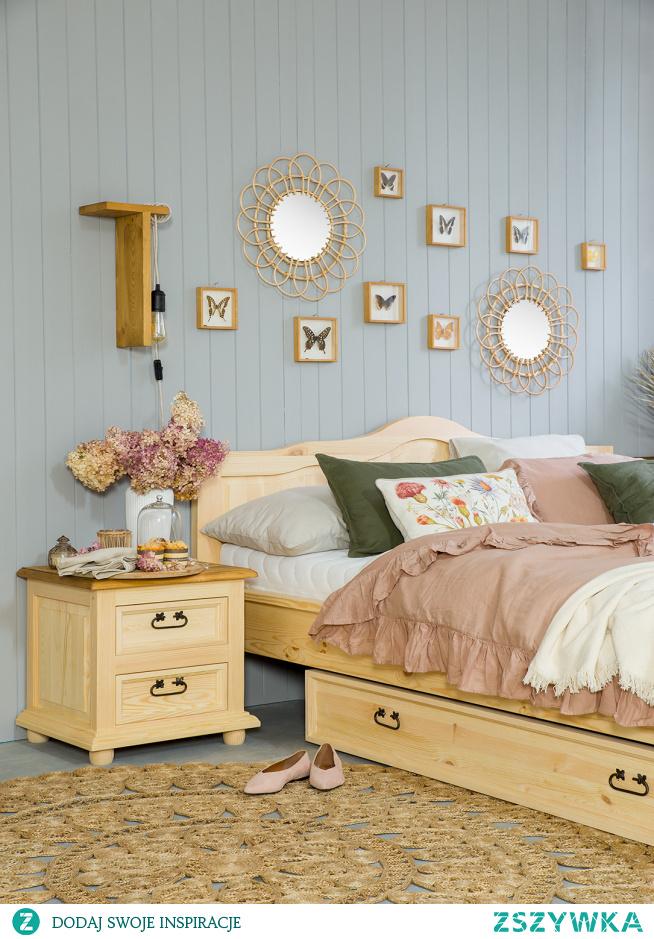Drewniane meble do sypialni, różowa sypialnia, łóżko podwójne 160x200. Szafka nocna drewniana.