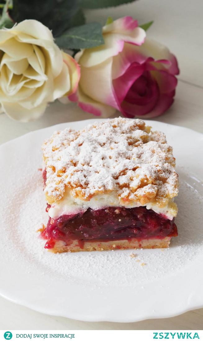 Szarlotka ze śliwkami i bezą Niesamowite owoce wkroczyły do kuchni. Czyli pieczemy ciasta ze śliwkami. Szarlotka z winną warstwą śliwkową pod puszystą bezą, w oprawie ciasta półkruchego. Na pewno nie raz zrobią Państwo to ciasto.