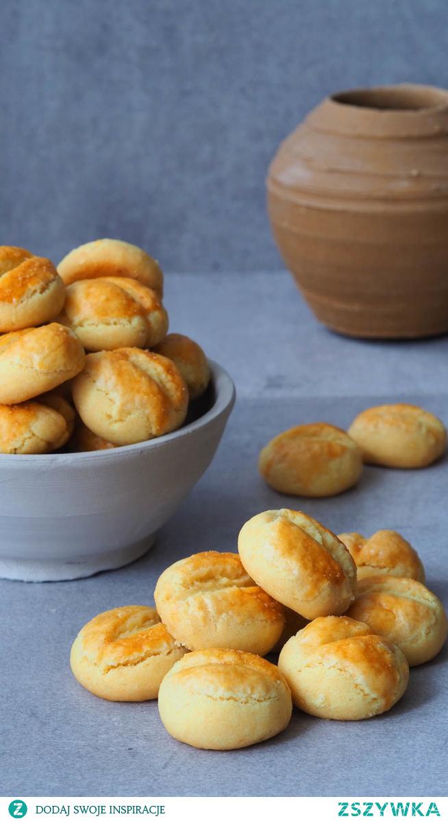 Krakersy bułeczki. Czasami trzeba odsapnąć od pieczenia ciast i upiec coś mniejszego. Tak więc polecam przepis na malutkie ciasteczka kształtem przypominające bułki poznańskie, o smaku krakersów. Do jednej miski wrzucamy po kolei kilka składników, zagniatamy i pieczemy. I w ten sposób mamy apetyczne przekąski.