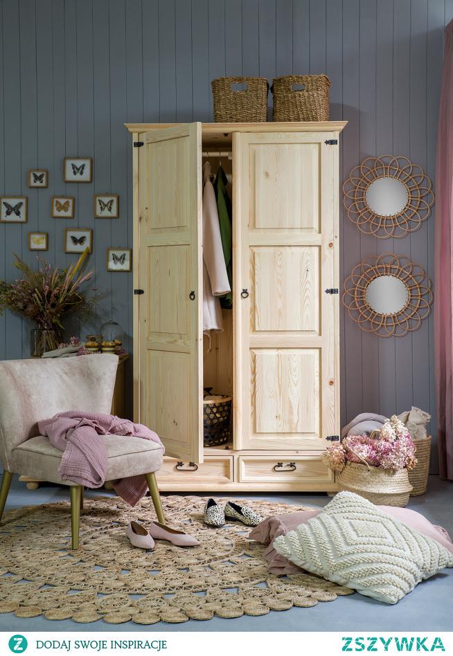 Dwudrzwiowa drewniana szafa woskowana rustykalna do sypialni, tapicerowany fotel.