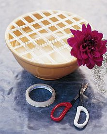 Sposób na ułożenie kwiatów w misce