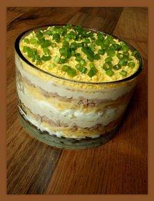SAŁATKA Z TUNCZYKIEM 4 małe jajka ok. 100 g sera żółtego 1 puszka tuńczyka w sosie własnym 1 mniejsza cebula 10-14 łyżeczek majonezu sól pieprz szczypiorek Ugotować jajka na twa...