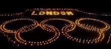 Indyjscy studenci zapalili świece pod wygłądem kól olimpijskich w Allahabad, Indie, na poparcie swojego zespołu na Olimpiadzie w 2012 roku. (AP Photo / Sanjan Kanojia)