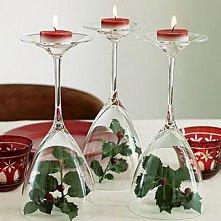 dekoracja stołu; na stopce będą błękitne świeczki a pod kieliszkiem biała lub...