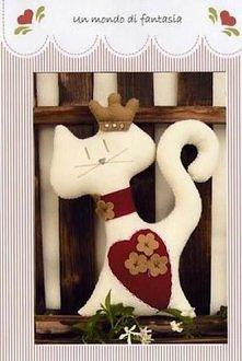 kotek w koronie uszyty