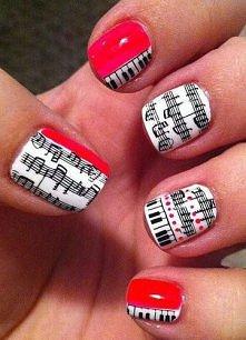 Środkowy i serdeczny palec pomaluj na biało.Pozostałe palce pomaluj na biało-czerwono tak aby na białej części zmieścił się wzór ze stempelka.Używając czarnego lakieru nakładamy...