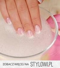 Sposób na białe paznokcie: łyżka wody ultenionej i łyżka sody. Zanurzyć na ok.5 min