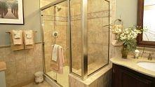 Do umycia kabiny prysznicowej najlepiej nadaje się roztwór wody z octem (proporcja pół na pół). Wycieramy suchą ściereczką lub papierowymi ręcznikami :)