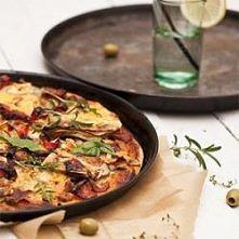 Pyszne ciasto do pizzy z bakłażanem, gruszką, serem pleśniowym i innymi smakowitymi dodatkami