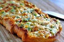 Zapiekany chlebek: mozzarella, ser żółty, cebula, majonez, śmietana, czosnek, masło, francuski lub włoski chleb albo ciabatta.