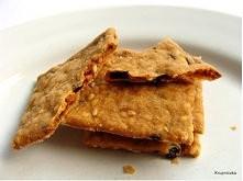 KRAKERSY CEBULOWO-SEZAMOWE  składniki na około 4 duże blachy:  1,5 szklanki mąki pszennej (typ 650) 1/2 szklanki mąki żytniej zwykłej, drobno mielonej  1 łyżeczka proszku do pie...