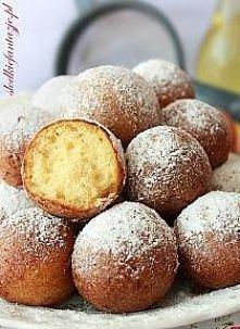 Pączuszki serowe  ½ kg twarogu 6 łyżek cukru 5 łyżek gęstej kwaśnej śmietany 4 jajka 2 szklanki mąki pszennej 2 płaskie łyżeczki sody oczyszczonej 1 łyżka spirytusu lub octu 16 ...