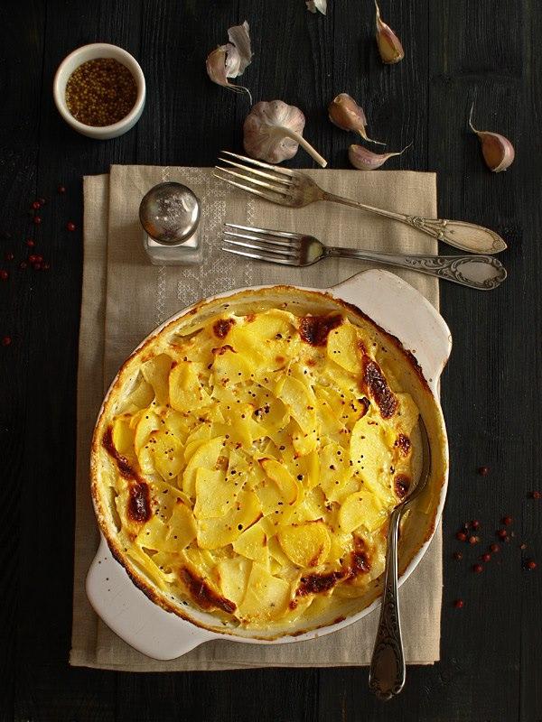 Ziemniaki zapiekane w sosie mleczno-musztardowym z czosnkiem  1 i 1/2 kg ziem...