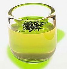 Maseczka z zielonej herbaty  Na rozszerzone pory. 2 łyżeczki herbaty zalać 3 łyżkami wrzątku. Gdy napar przestygnie, dodać łyżeczkę mąki ziemniaczanej, wymieszać. Nałożyć na twa...