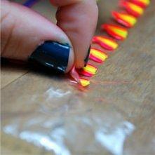 malujemy wzorki na folii a pozniej przylkejamy je do paznokci.. mega ! :)