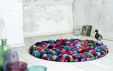 Kolorowy dywan z pomponów