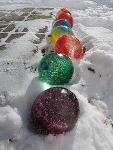 Napełnij balony wodą, dodaj barwniki i wystaw na mróz, następnie przebij balony i kolorowe, lodowe kule gotowe do zabawy :o)