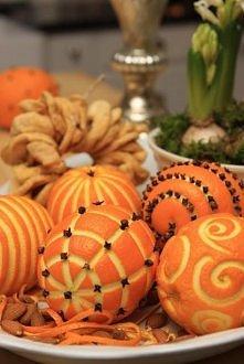 Świetny pomysł na świąteczną dekorację stołu. Potrzebne tylko mandarynki i goździki ;)