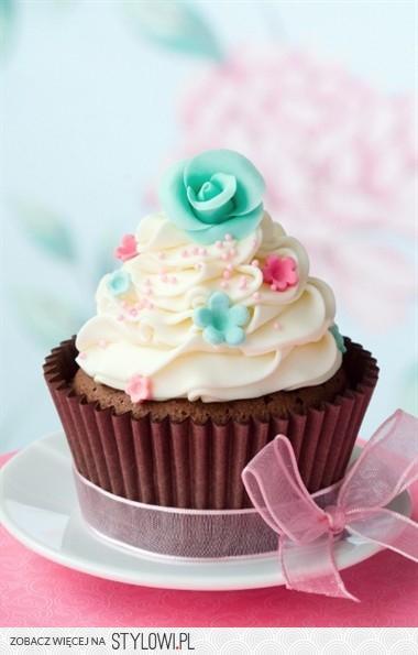 Miękkie i puszyste babeczki niczym te z Lola's Cupcakes  Składniki:  - 2 szklanki mąki  - 1/4 szklanki mąki krupczatki  - szklanka cukru  - pół szklanki wody  - 4 jajka  - łyżeczka proszku do pieczenia  Wykonanie: W rondelku umieść kostkę margaryny, dodaj cukier, wodę, zagotuj, a następnie przestudź. Oba rodzaje mąki przesiej i połącz z proszkiem do pieczenia. Dodaj wszystko do wystudzonej masy w rondlu.  Oddziel żółtka od białek. Żółtka dodaj do masy i dobrze wymieszaj. Z białek ubij pianę i również dodaj do masy, delikatnie mieszając. Przygotuj papierowe foremki jak do muffinów i przelej do nich ciasto. Nastaw piekarnik na 180 stopni i piecz babeczki przez niecałe 20 minut.  Przepis na krem:  - śmietanka kremówka, ok. 5 łyżek  - 100 g masła  - cukier puder, ok. 500 g  - łyżeczka wanilii.  Wykonanie: Zmiksuj śmietankę na krem, następnie dodaj masło, cukier puder, wanilię. Mieszaj do uzyskania gładkiej masy. Krem nałóż fantazyjnie na babeczki przy pomocy specjalnej strzykawki. Opcjonalnie: użyj specjalnego spreju lub barwnika aby krem miał niesamowicie nieziemski kolor :)
