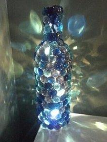 butelka po winie, szklane naklejki i lampki swiateczne :)
