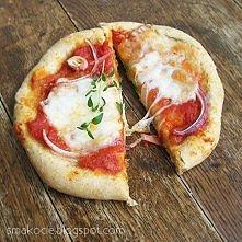 Owsiane mini pizze   Składniki (na 10 placków o średnicy ~12 cm): 1 szklanka mąki pszennej typ 650 (lub zwykła pszenna) 1 szklanka mąki pszennej pełnoziarnistej 1 szklanka płatk...