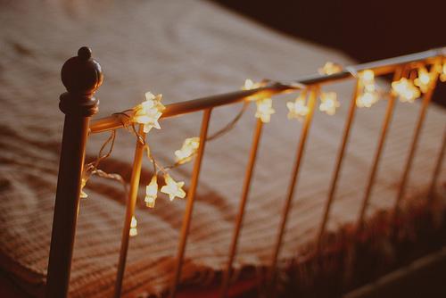 lampki przy łóżku.